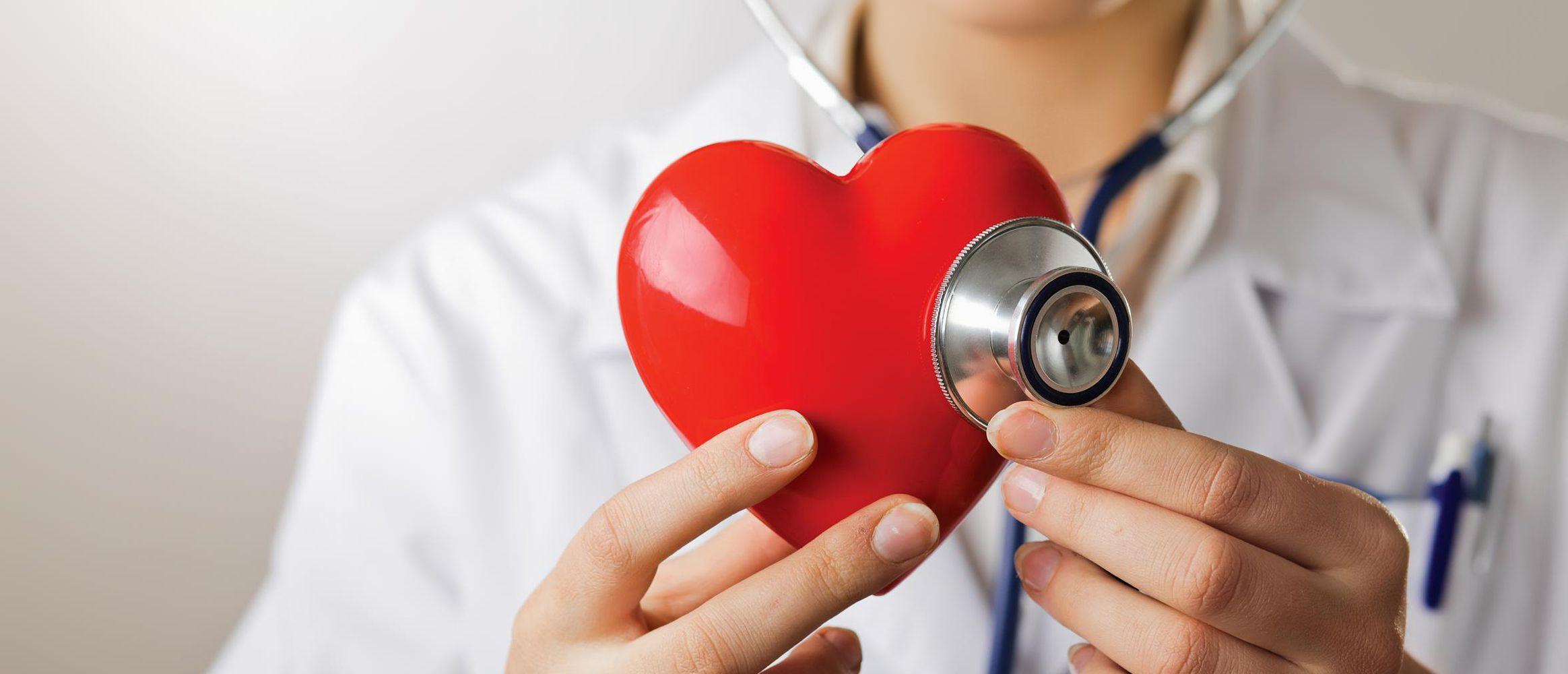 doctor with heart stethoscope - Кардиология. Здоровое сердце